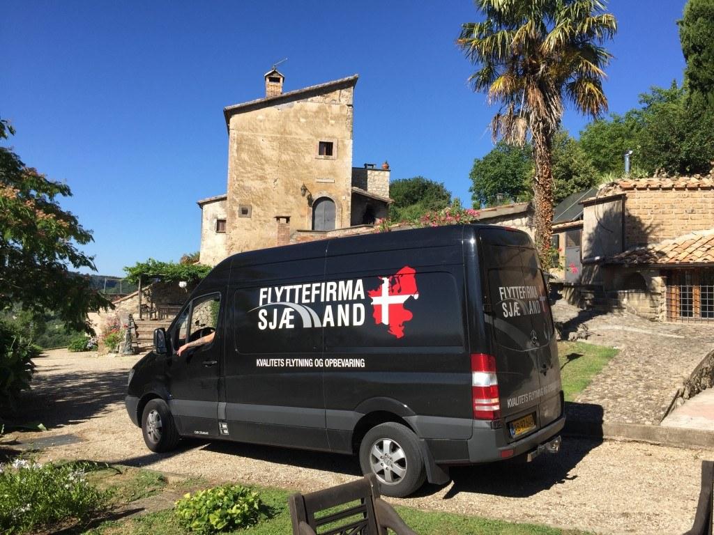 Flyttebil ved hus i Spanien