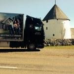 Lastbil ved kirke på bornholm