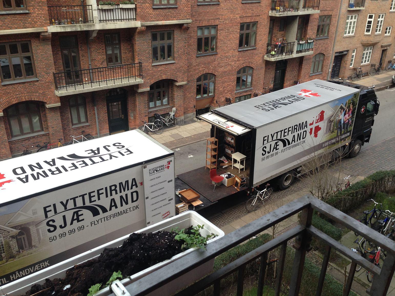 Her ses vores 2 lastbiler på nytårs dag, ude og flytte for hos flyttefirma sjælland flytter vi selv på helligdage.