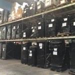 Her kan du se vores paller stablet i reol på vores lager, det er smart at bruge vores opbevaring af paller da det sparer dig en masse penge.