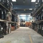 Her ses en palle reol med en masse paller nøje stablet på vores lager.
