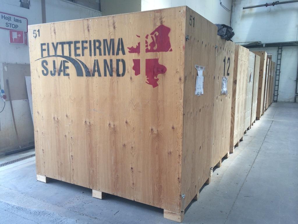 Her ses vores træ container. Den bruges til at opbevare folks ejendele indeni.