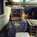 Vi forsætter med at sætte ting på pallen der passer til pallens omkreds. Men samtidigt ikke er for tungt.