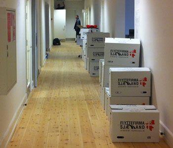 Her ses en igangværende erhvervsflytning hvor flyttekasserne er stablet ude på gangen.