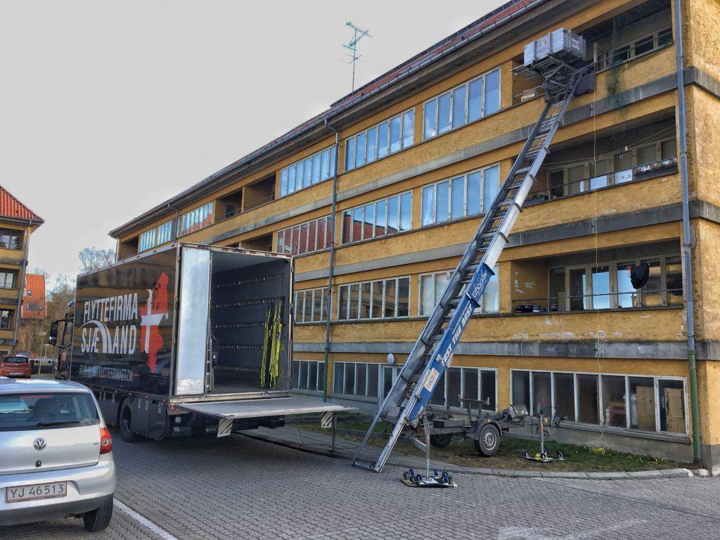 Lastbil ved at blive læsset af med flyttelift