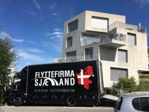 Flyttebil i Schweich ved bygning
