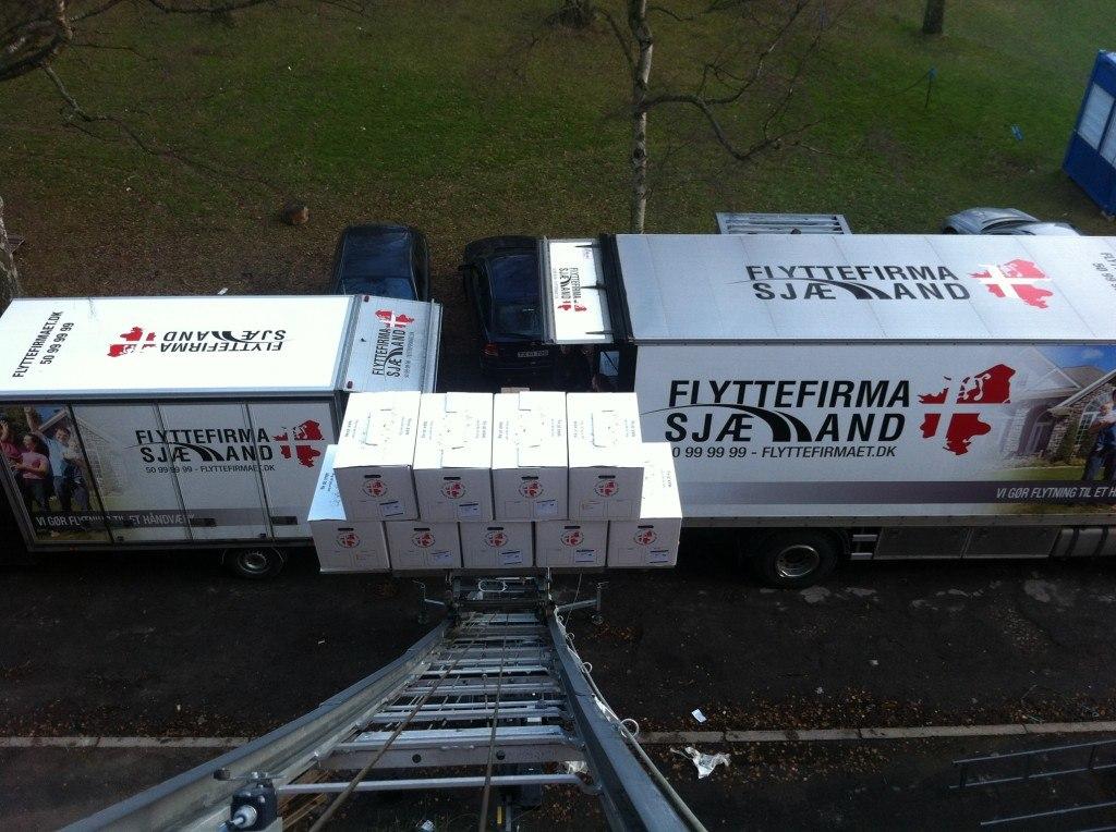 Flyttelift sat op til 2 lastbiler.