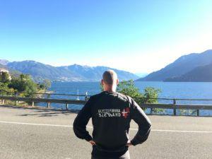 Flyttemand i Italien ved en sø