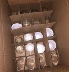Her ses flyttekasse pakket med glas. Så de er flytteklar.