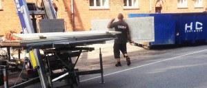 Flyttemand bærer dør fra flyttelift