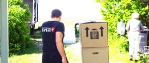 Flyttemand ingang med at køre flyttekasser