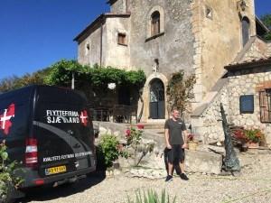 Her ses en Flyttemand fra Flyttefirma Sjælland foran et hus i Spanien under flytning.