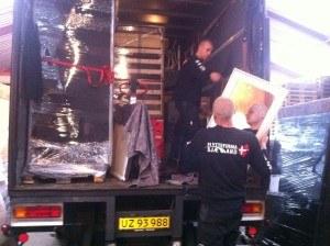 2 Flyttemænd igang med at pakke en flytning på lastbil hos Flyttefirma Sjælland