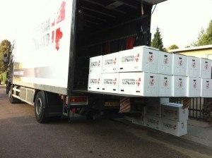 Lastbils lad læsset med en masse flyttekasser