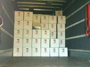 Flyttekasser stablet i lastbil under flytning