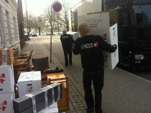 2 Flyttemænd fra Flyttefirma Sjælland bærer flyttekasser til flyttebilen