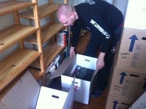 Nedpakning af bøger i flyttekasser