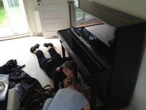 Flyttemand hjælper kunde med klaver