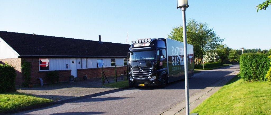 Flyttefirma Sjælland flyttebil parkeret foran et rækkehus