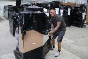 Glad flyttemand filmer palle på lager