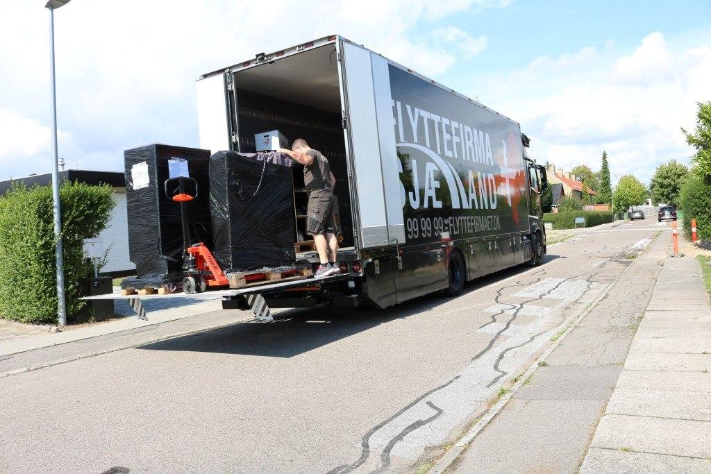 Flyttemand igang med levering af 2 stk. paller med flyttegods til kunde
