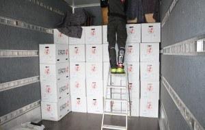 Flyttemand igang med pakning af flyttebil